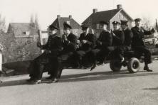 1968-Bombakkes-Carnavalsoptocht-Personeel-Garage-Jetten-