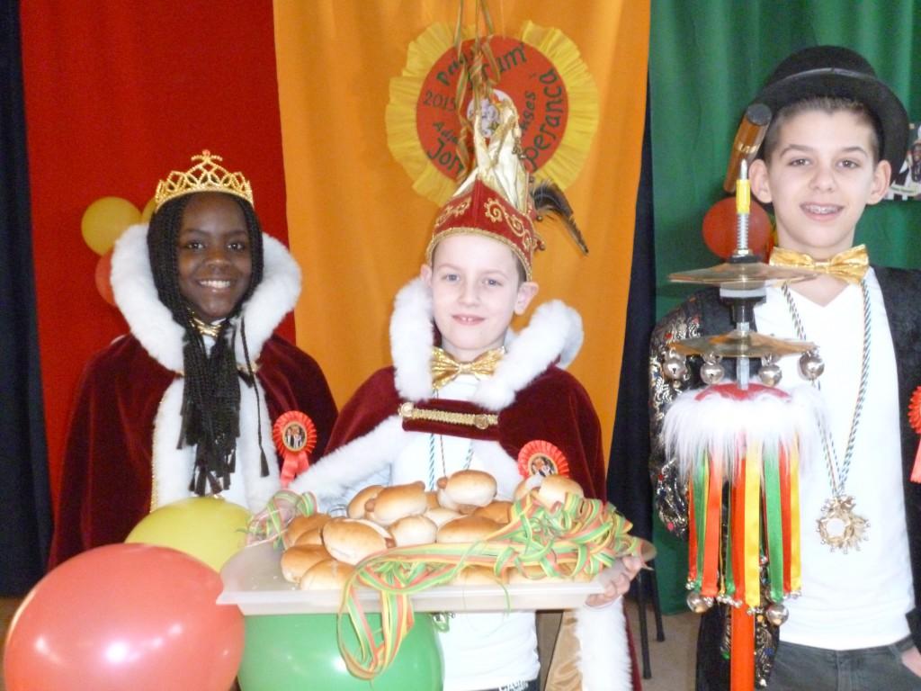 Prinses Esperanza, Prins Bram en Adjudant Jort (2015) met de broodjes warme knak.