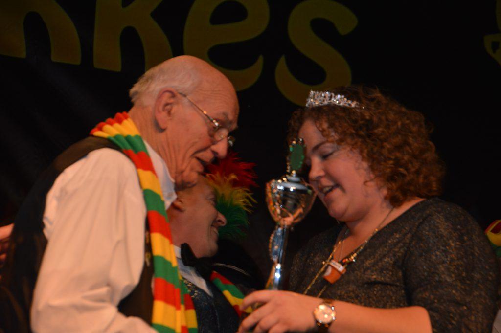 Jacob van Tankeren ontvingt d'n örste pries uut ha.nde van Prinsés Dyantha